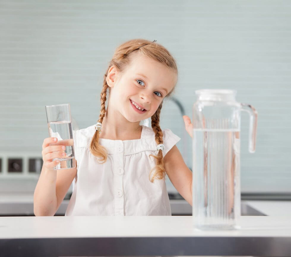 BS kind drinkt water uit een glas